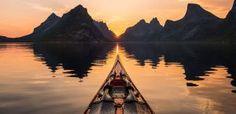 Il fascino dei fiordi norvegesi visti a bordo di un kayak. Le foto di Tomasz Furmanek