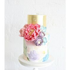 Bright and colourful for a 41 degree day in Sydney  hand-painted florals with sugar blooms and goldleaf  . Design based on the beautiful @cake_ink wallpaper cake art xxx