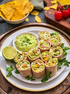 Avocado salad rolls with salmon - Avocado - Aguacate Mexican Food Recipes, Real Food Recipes, Cooking Recipes, Yummy Food, Healthy Recipes, Grilled Avocado, Salmon Avocado, Avocado Salad, Appetizers For Party
