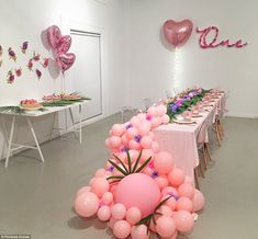 The very luxe children's birthday party trends on the rise Balloon Table Decorations, Balloon Backdrop, Balloon Centerpieces, Balloon Garland, Birthday Decorations, Birthday Table, Birthday Parties, Deco Ballon, Balloons And More