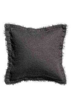Housse de coussin en lin: Housse de coussin en lin lavé avec bords à cru. Fermeture à glissière dissimulée.