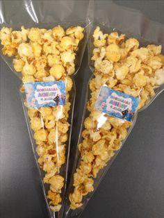 klein traktatie zakje met 35 gram popcorn en sticker van de jarige haar naam