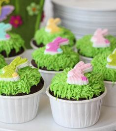 This grass-like decorating technique is so easy anyone can pull it off this Easter!  | Easter Bunny Grass Cupcake Recipe | DIY Easter Bunny Cupcake Decorating