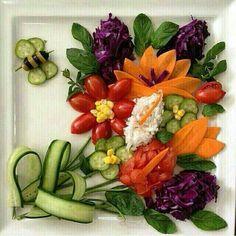 Flower bouquet of veggies Veggie Platters, Veggie Tray, Edible Food, Edible Art, Christmas Salad Recipes, Food Garnishes, Garnishing, Fruit And Vegetable Carving, Food Carving