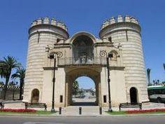 Badajoz: Puerta de Palmas monumento emblemático de la ciudad, Arco de Triunfo construido en 1551, frente al Puente de Palmas y punto de acceso fortificado a Badajoz.