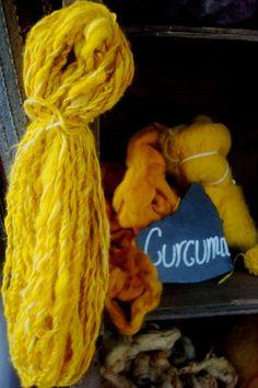 Lana tintada con cúrcuma y madeja con dos cabos de lana