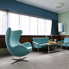 fauteuil Oeuf Arne Jacobsen en turquoise, assorti aux canapés de style vintage