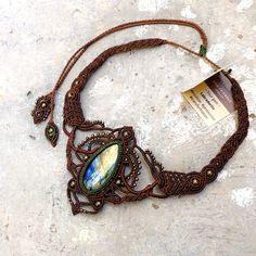 He hecho este collar macrame marrón como un regalo a mi mamá increíble. Llevo días haciéndolo y el diseño es una de mis obras maestras. Ahora usted puede tener un collar similar * para esto con un igualmente - si no más - magnífico y excepcional pieza de piedra. Necesitaré un tiempo
