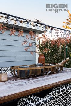 De tuin van Jeneth en Dennis is aan vernieuwing toe. Tom en ons klusteam zijn aan de slag gegaan en hebben er een prachtige lounge- en dinertuin van gemaakt. Alle geshopte items vind je hier! | Shop the Look: a modern garden | #ehet #eigenhuisentuin #styling #decoratie #decoration #inspiratie #inspiration #interior #interieur #garden #tuin #gardeninspiration #tuininspiratie  #gardendesign #tuinstyling #gardenlovers #gardenideas #plants | Eigen Huis & Tuin Outdoor Furniture, Outdoor Decor, Garden Inspiration, Hammock, Table Decorations, Interior Design, Modern, Home Decor, Outdoors