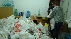 Wielkanoc 2013 - pracownicy Caritas rozdawają paczki żywnościowe dla bezdomnych