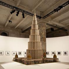 """A Bienal de Artes de Veneza reúne 158 artistas de 37 países sob o tema """"palácio enciclopédico"""". A construção, de Marino Auriti, era um edifício que pudesse conter todo o conhecimento da humanidade. #llibertat #bienaldeveneza #palacioenciclopedico"""