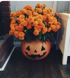 Pumpkin Halloween Decor Ideas for the Thriller Night - Hike n Dip Pumpkin is a major part of Halloween and Fall decoration. Here you will find some of the classiest and most fabulous Pumpkin Halloween Decor Ideas. Porche Halloween, Spooky Halloween, Halloween 2019, Holidays Halloween, Halloween Crafts, Happy Halloween, Halloween Party, Country Halloween, Halloween Makeup
