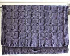 Håndstrikkede håndklæder var det meget almindelige, da jeg var barn– mest sådan nogle små nogle til køkken- og gæstebrug. Og hvor var de dog fine og skønne – og gerne strikket af min farmor. Jeg har opdateret det håndstrikkede håndklæde i en lidt større udgave og i en skøn grå nuance. Det er tykt, blødt og lækkert, og strukturmønsteret beskrives…