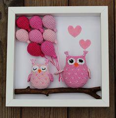 Skapa och Inreda: Beskrivning, mönster till tavla med virkade ugglor och ballonger Crochet Wedding, Crochet Toys, Crochet Projects, Lana, Projects To Try, Crochet Patterns, Owl, Wall Decor, Valentines