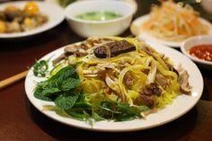 """NÊN ĂN UỐNG GÌ KHI ĐI DU LỊCH HỘI AN  """"Ăn uống gì khi đi du lịch Hội An?"""" là một trong những câu hỏi du khách tư vấn nhiều nhất khi điện đến số tổng đài của Viet Fun Travel. Tọa lạc ở vùng đồng bằng ven biển tỉnh Quảng Nam, ngay ngã ba sông Thu Bồn, cách trung tâm thành phố Đà Nẵng khoảng 30km, Hội An từ lâu đã là một điểm du lịch nổi tiếng của cả nước. Nơi đây được khách du lịch biết đến bởi nhiều cảnh đẹp và công trình kiến trúc cổ kính, trong đó nổi tiếng nhất là khu Phố Cổ, Cù Lao Chàm…"""
