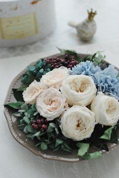 オフホワイト系のオールドローズと、ひらりとした花びらが美しいバラの上品でアンティークな雰囲気満載のディッシュアレンジです。バラを引き立たせるスモーキーブルーの...|ハンドメイド、手作り、手仕事品の通販・販売・購入ならCreema。