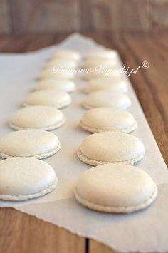 Makaroniki to delikatne, lekkie ciasteczka z białek, migdałów i cukru pudru. Mają cienką, chrupiącą skorupkę i delikatny środek. Sklejone są...