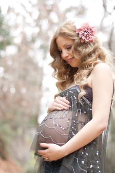 this is a beautiful wardrobe idea for a pregnancy shoot. I'm sick to death of seeing bare bellies with freaking grafitti on them!