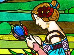 Una visita al Museu d'Art de Cerdanyola per veure els espectaculars vitralls modernistes.