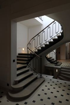 Mirrored stair wall. Private residence Paris II | Kreon — purity in light