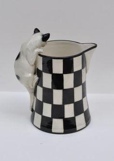 kameninová konvička s úchytem ve tvaru kočky, zřejmě firma Bernard Bloch (Unčín u Teplic), určeno zřejmě pro vývoz (zakoupeno v USA); značeno, jedno ouško kočky trochu odřené