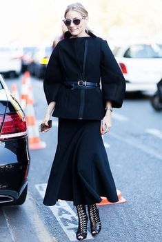 Olivia Palermo style, amazing outfit, in a looped double belts, black skirt, and black heels. Fashion Week, Street Fashion, Fashion Tips, Paris Fashion, Style Olivia Palermo, Style Noir, Vogue, Inspiration Mode, Street Style