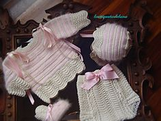 Laetiquetadelana : Conjuntos en perlé Baby Knitting, Crochet Baby, Knit Crochet, Knitted Dolls, Baby Shop, Baby Booties, Crochet Crafts, Baby Wearing, Outfit Sets