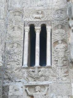 Tuscania, Basilica romanica di S. Pietro (part. della facciata)