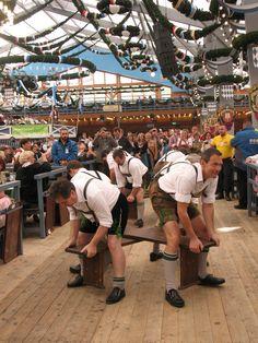 Stramme Burschen und Mannsbilder ... im Schottenhamel-Zelt, Wiesn 2014