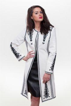 Pardesiu alb, 100 % brodat manual inspirat din suman - o piesa din portul… Folk Fashion, Hijab Fashion, Fashion Dresses, Womens Fashion, Pretty Outfits, Fall Outfits, Coats For Women, Clothes For Women, Pakistani Dresses Casual