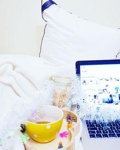 C'est déjà la fin de la semaine je ne l'ai pas vue passer ! Pour commencer ce vendredi tout en douceur une heure de détente au lit avec un bon thé @natureetdecouvertes  mon Mac des images de winter cocooning et une bougie tout étant bien calée sur mon oreiller @tedibersleep . Et vous Comment démarrez-vous cette journee ? D'autres astuces simples sur laquotidiennedele.com #morning #winter #wintercocooning #natureetdecouvertes #tediber #home #homesweethome