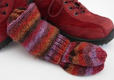 Knitting the first sock is fun. Knitting the second can be less so. The solution is to knit both of the socks at the same time. Knitting Patterns Free Dog, Knitting For Kids, Knitting For Beginners, Lace Knitting, Knitting Socks, Knit Socks, Knitting Ideas, Chunky Crochet, Crochet Shawl