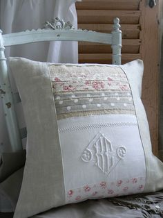 Use of vintage linens with strip quilting. I have the perfect table cloth… Sewing Pillows, Diy Pillows, Decorative Pillows, Pillow Ideas, Patchwork Cushion, Quilted Pillow, Cushions To Make, Pillow Inspiration, Strip Quilts