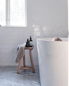 vitt kakel på väggarna, marmorgolv