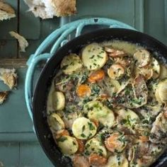 Fläskfilé lindad i bacon med ugnsrostad potatis och steklök - perfekt helgmat! Iron Pan, Paella, Bacon, Sprouts, Sausage, Curry, Meat, Vegetables, Ethnic Recipes