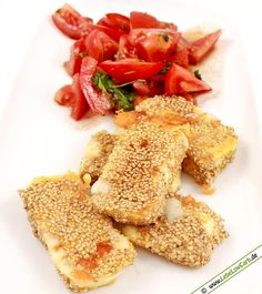 Ein schnelles vegetarisches Low Carb Rezept für Camembertstreifen in Sesampanade mit einem Tomaten-Koriander-Salat. #lowcarb Mehr Vegetarische Low Carb Rezepte auf http://www.lebelowcarb.de/low-carb-rezepte-fuer-vegetarische-gerichte.html
