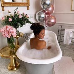Plotting how I can steal this bath for my own bathroom (and the flowers, mirror, tables, balloons & towels) 🤔😜 Mane And Tail Shampoo, Summer Font, Bathroom Baskets, Fancy Fonts, Bathroom Organisation, Queen, Bathing Beauties, Shampoo And Conditioner, Amazing Bathrooms