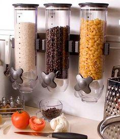 Как сэкономить место на кухне с помощью расфасовки круп Любите кашу? Часто готовите крупы? А ведь упаковки от них занимают драгоценное место на полке. Не спешите расставаться с любимыми продуктами. Установите настенный продовольственный диспенсер.