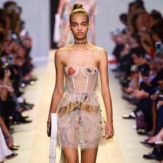 Um dos meus looks favoritos da nova coleção da nova Dior! Apesar de não ser o estilo dela acho adorável nível JLaw que tal?! No Fashionismo tem post recheado de fotos e impressões da nova fase da marca #dior #jlaw