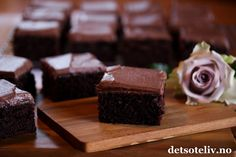 """""""Sjokoladekake med kefir"""" er en saftig og veldig myk sjokoladekake i langpanne. Se også oppskrift på """"Konfektkake i langpanne"""", som er en basert på en lignende oppskrift. Oppskriften er til stor langpanne. Barnas favoritt!"""