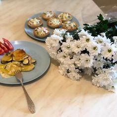 """Ника Ситник🐾 on Instagram: """"Почти праздничный ужин! Потому что тарталетки, потому что картошка с курицей и кабачками! ⠀ У меня пока не закончатся кабачки я не…"""" Table Decorations, Dinner Table Decorations"""