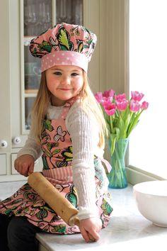 Söta barnförkläden och kockmössor från IM Fair Trade i ekologisk bomull.