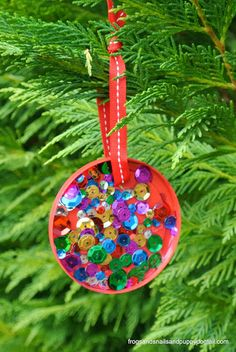 Plastic Lid Christmas Ornament: perfect for kids to make by FSPDT DIY ornament, kid made ornament , 20 days of kid made ornaments Kids Make Christmas Ornaments, Preschool Christmas, Toddler Christmas, Christmas Activities, Christmas Projects, Christmas Themes, Christmas Tree Decorations, Holiday Crafts, Christmas Holidays