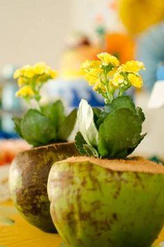 Flores coloridas, barcos, frutas e arte polinésia não podem faltar na festa da Princesa Moana. Confira ideias de decoração para o aniversário com esse tema. Moana Party, Moana Birthday Party, Hawaiian Luau Party, Hawaiian Theme, Tropical Party, Sunset Party, Beach Party, Hawaian Party, 70s Party