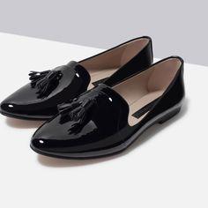 Туфли с лакированной отделкой на плоской подошве
