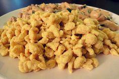 Für zwei großzügige Portionen (=Hauptgericht) oder für 3-4 Portionen (als Beilage, mit Gemüse) brauchst du: 2 Eier Grösse L 50g geschmolzene Butter 50g Haferkleie 50g Eiweisspulver, neutral 1 TL Salz und etwas Kurkuma und Muskatnuss  Und so geht's: Haferkleie, Eiweisspulver und die Gewürze in eine Schüssel geben und verrühren. Nebenbei die Butter bei angenehmerHitze...Read More