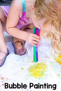 Your kids will have a blast painting with bubbles! It's a fun art activity for kids! Summer Preschool Activities, Educational Activities For Kids, Montessori Activities, Class Activities, Fun Learning, Preschool Painting, Painting For Kids, Summer Crafts For Kids, Art For Kids