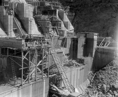 Building the Hoover Dam - September 1933 - Construction of the dam base continues Hoover Dam Construction, Under Construction, Construction Materials, Hydroelectric Power, Rare Historical Photos, Lake Mead, History Magazine, Industrial Photography, Art And Architecture