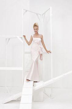 Collezione Vision 2014 - Elisabetta Polignano: linea semplice, che scivola lungo la figura, impreziosita da un fiocco laterale in stile orientale #wedding #weddingdress #weddinggown #abitodasposa