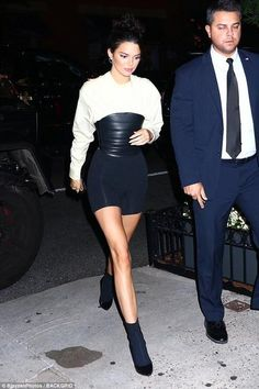 A new look for Kenny: Jenner had on a white blouse with a large belt and black shorts Kendall Jenner Estilo, Kendall Jenner Outfits, Trend Fashion, Star Fashion, Fashion Outfits, Fashion Guide, Fashion Group, Fashion Models, Fashion Inspiration